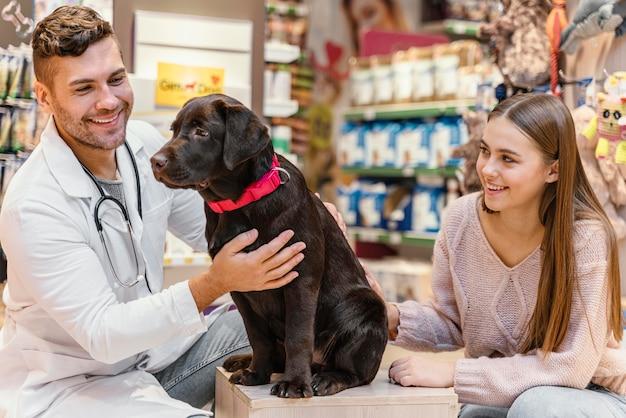 Hond wordt gecontroleerd door de dierenarts in de dierenwinkel