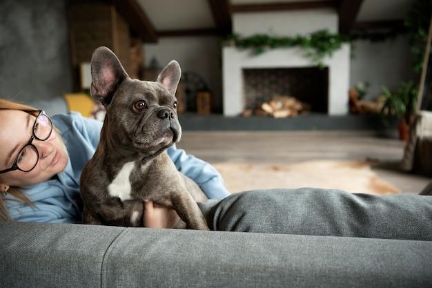 Hondenlevensstijl en zorg met eigenaar