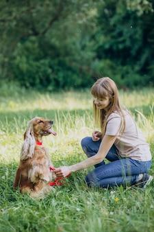 Hondenuitlater die een wandeling maakt met cocker-spaniël