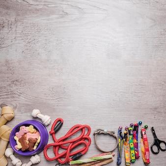 Hondenvoer en accessoires op de vloer