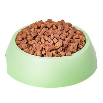 Hondenvoer geïsoleerd op wit. droog voedsel voor huisdieren in een bord.