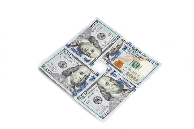 Honderd amerikaanse dollars die in een vierkant op een witte achtergrond worden gestapeld