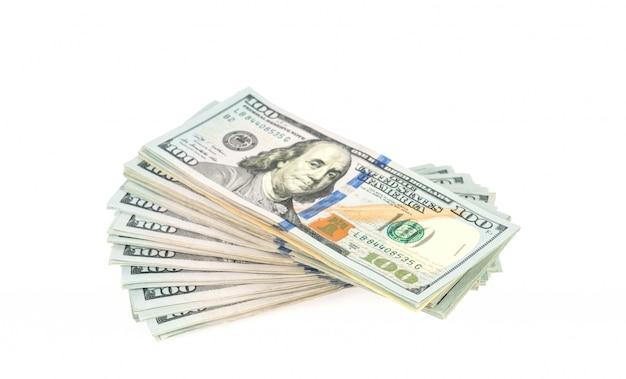 Honderd dollar biljetten op een witte achtergrond