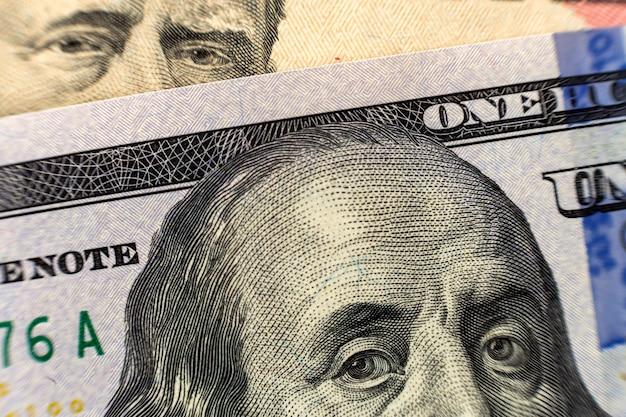 Honderd dollar bill detail met president benjamin franklin portret close-up. amerikaans bankbiljet in nationale valuta. symbool van rijkdom en welvaart. geld, drukte en financiënconcept.