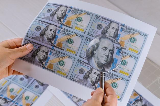 Honderd dollar bill voor vergrootglas hoge beveiligingsdruk