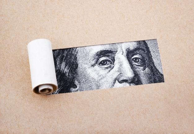 Honderd dollar met gescheurd papier