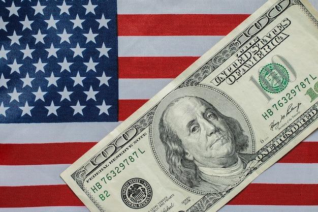 Honderd dollar op de amerikaanse vlag