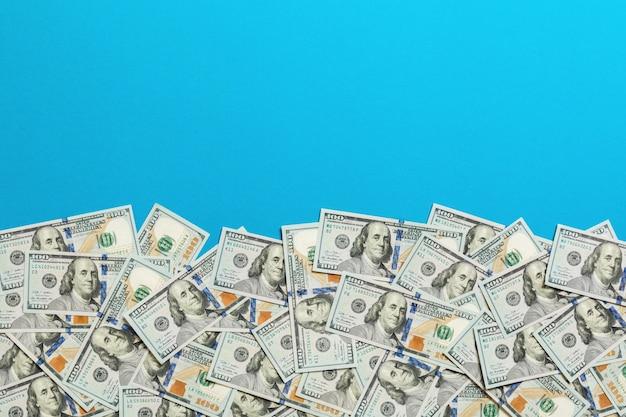 Honderd dollarbankbiljetten op gekleurde hoogste mening als achtergrond, met lege plaats voor uw tekst bedrijfsgeldconcept. honderd dollar achtergrond.