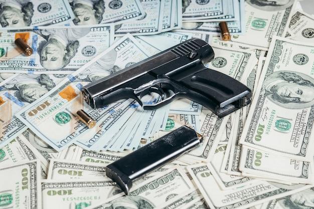 Honderd dollarbiljetten met een pistool en een kogel