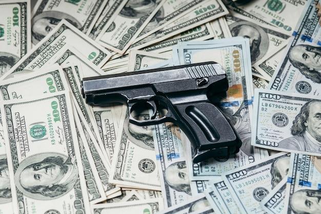 Honderd dollarbiljetten met een pistool