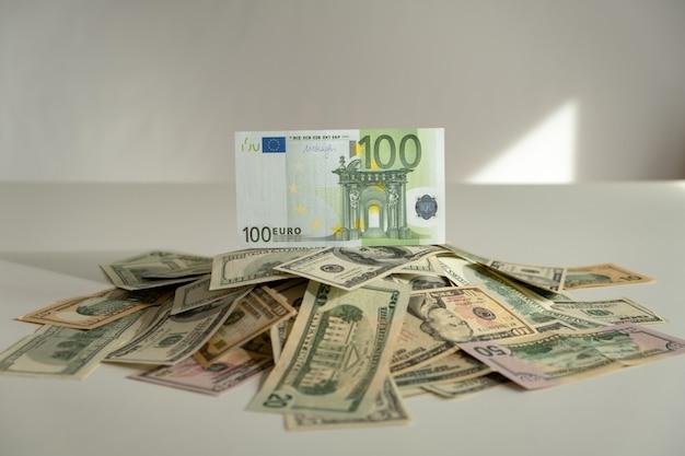 Honderd euro op stapel dollars. euro bovenop. winnaar concept. stijgende valuta