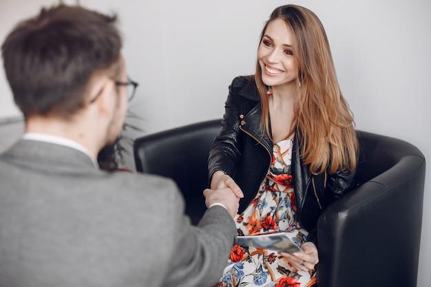 Honderde zakenmensen werken met een klant