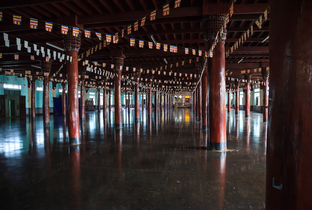 Honderden houten structurele kolommen en boeddhistische gebedsvlaggen