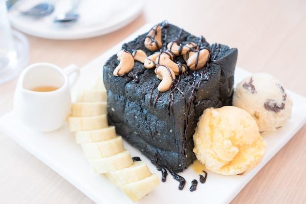 Honey toast, de honing op het houtskoolbrood en het ijs.