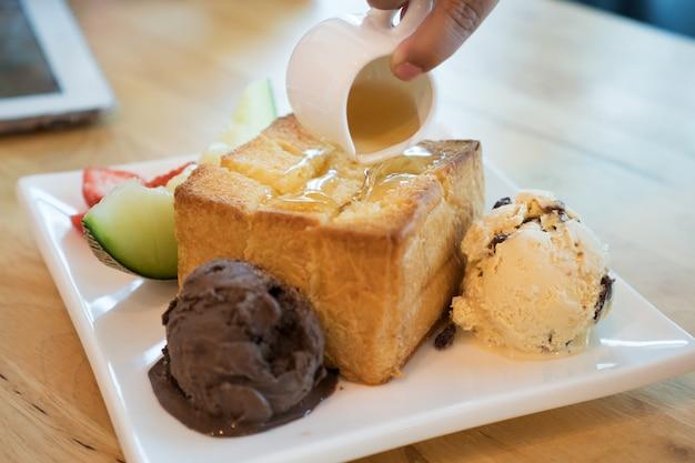 Honey toast, giet de honing op het brood, ijs.