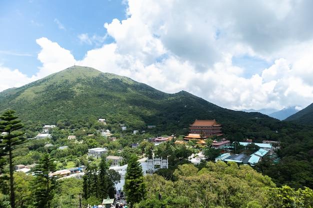 Hong kong ngong ping 26 juli 2018: lange afstandskabelbaan over de berg in hong