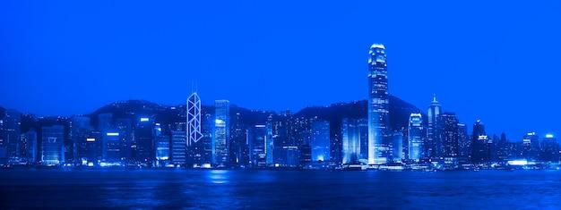Hong kong-panorama bij nacht.