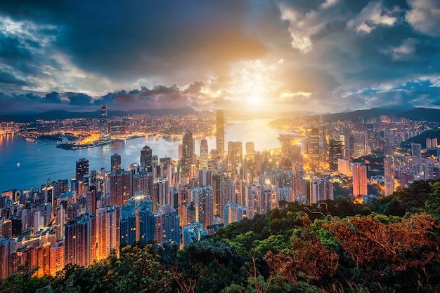 Hong kong skyline van de stad bij zonsopgang uitzicht vanaf peak mountain.