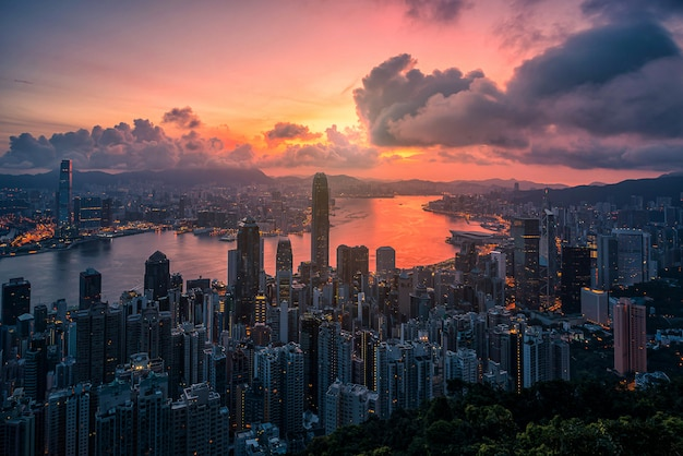 Hong kong-stad bij zonsopgangmening van piekberg.