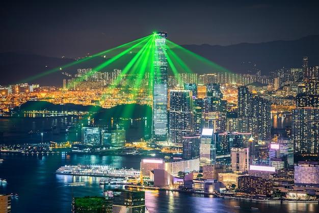 Hong kong-stad op dramatische hemel bij schemeringmening van berg