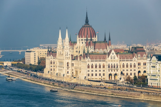 Hongaars parlementsgebouw dat luchtmening en de rivierdijk van donau bouwt