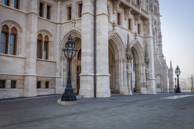 Hongaars parlementsgebouw in rivier van de stads de nette donau van boedapest