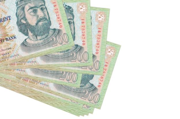 Hongaarse forintbiljetten liggen in een klein bosje of pakje geïsoleerd