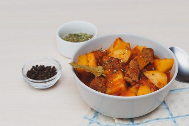Hongaarse goulash. runderstoofpot met aardappelen