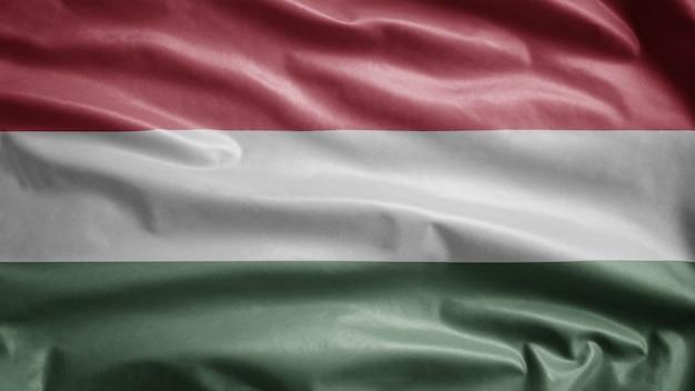 Hongaarse vlag wappert in de wind. sluit omhoog van de banner die van hongarije zachte zijde blazen