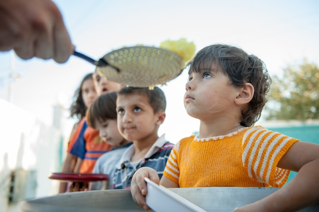 Hongerige kinderen worden gevoed door liefdadigheid
