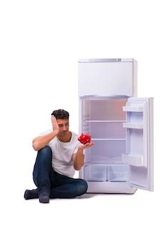Hongerige man die geld zoekt om de koelkast te vullen