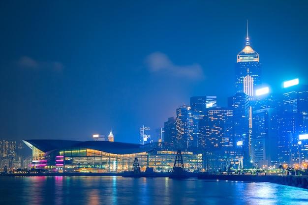 Hongkong. dijk, wolkenkrabbers en expositiecentrum. bewolkte nacht