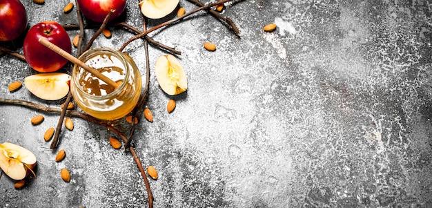 Honing achtergrond. honing met appels en noten. op rustieke achtergrond.