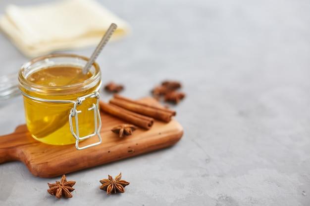 Honing, anijs, kaneel op een grijze tafel. gezondheid concept. copyspace