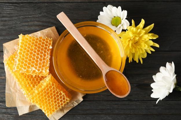 Honing, chrysant en kamille bloemen op houten achtergrond