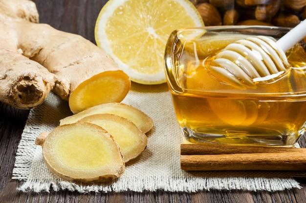 Honing, citroen en gember - nuttige additieven voor thee en drankjes.