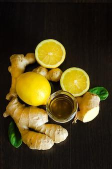 Honing, citroen, gember op donkere houten, kopieer ruimte. antioxidant, immuniteitsverhogend. verticaal. bovenaanzicht