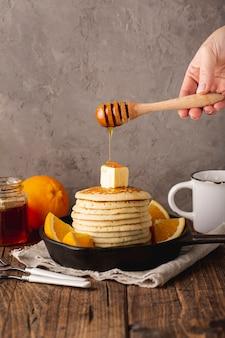 Honing die van dipper over pannenkoeken druipt