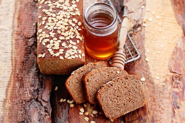 Honing en bijen in honingraten nuttig heerlijk dessert