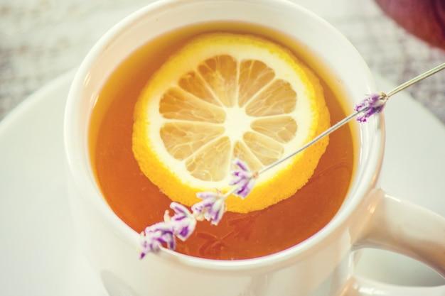 Honing en citroenthee voor ontbijt. selectieve aandacht.