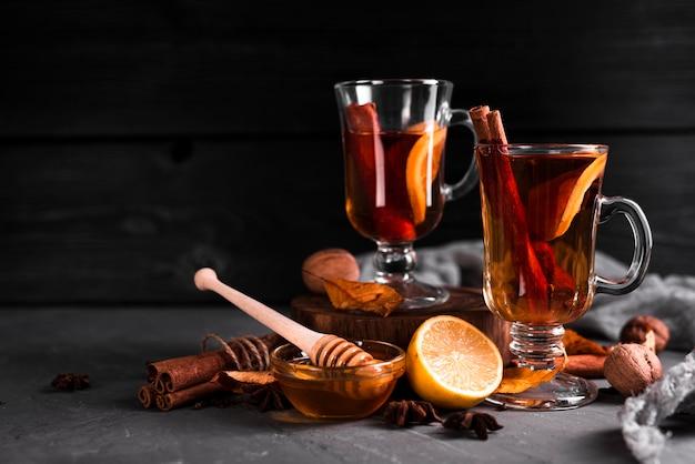 Honing en kaneel thee met kopie ruimte
