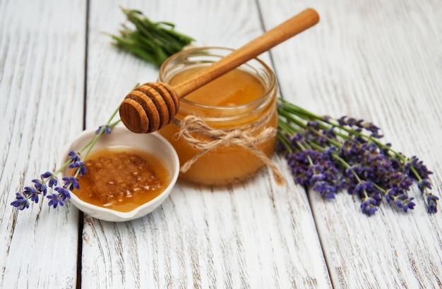 Honing en lavendelbloemen