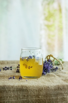 Honing en suiker op smaak gebracht met lavendel
