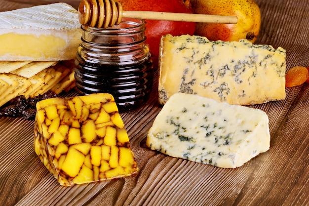 Honing en verschillende soorten kaas
