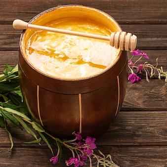 Honing in een houten pot met een honinglepel