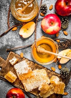 Honing in glazen kommen met appels en noten