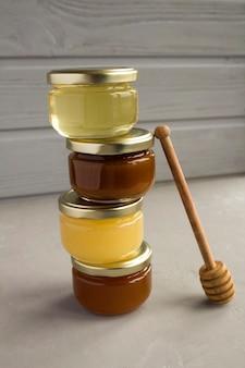 Honing in kleine glazen potjes op elkaar gestapeld