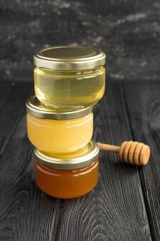 Honing in kleine glazen potten op de zwarte achtergrond
