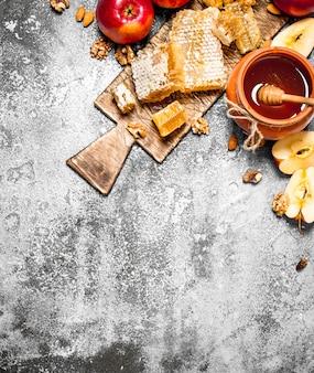 Honing in pot met appels en noten