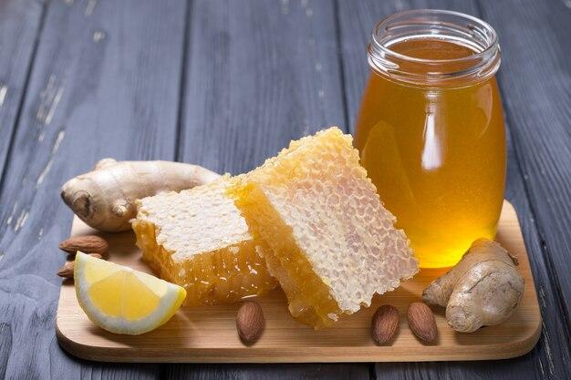 Honing in pot met honing beer op houten oppervlak